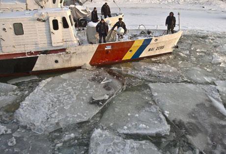 Sông dài thứ hai châu Âu đóng băng, giao thông tê liệt