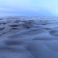 Sóng đóng băng trên mặt hồ Canada trong thời tiết -23 độ C
