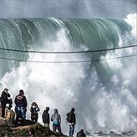 Sóng quái vật thách thức những kẻ bạo gan bờ biển Bồ Đào Nha