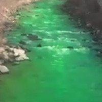 Sông Tây Ban Nha đổi màu xanh dạ quang bất thường gây lo sợ