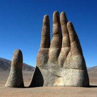 Tại sa mạc khô cằn nhất thế giới ẩn chứa một bàn tay khổng lồ như đang