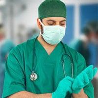 Tại sao bác sĩ trong phòng mổ lại mặc áo màu xanh thay vì màu trắng?