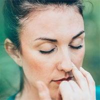 Tại sao chúng ta không thở đều bằng cả hai lỗ mũi?