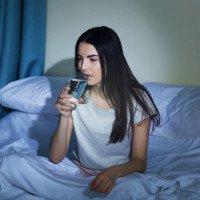 Tại sao chúng ta thường cảm thấy khát nước trước khi đi ngủ?