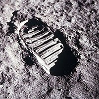 Tại sao dấu chân của Neil Armstrongs trên Mặt trăng không khớp với đế giày?