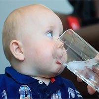 Tại sao không được cho trẻ sơ sinh uống nước?
