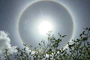 Tại sao xung quanh Mặt trời và Mặt trăng xuất hiện vầng hào quang?