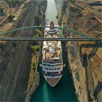 Tàu biển lập kỷ lục khi lách qua kênh đào hẹp
