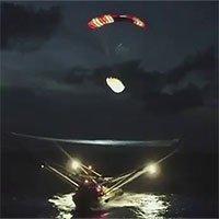 Tàu SpaceX căng lưới hứng gọn mảnh vỏ tên lửa rơi xuống biển