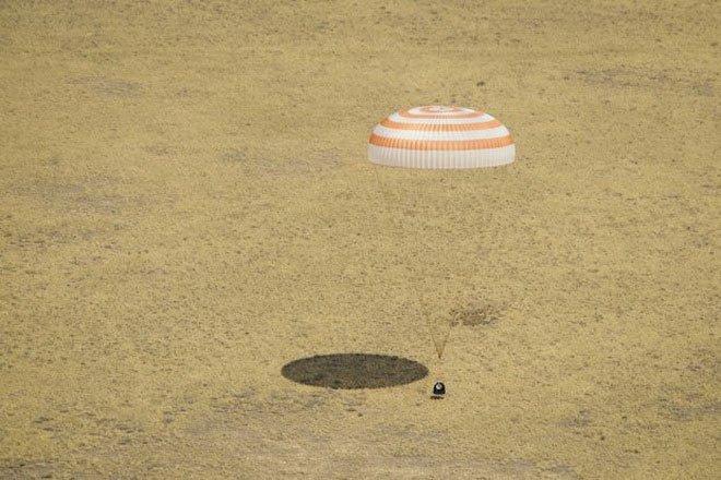 Tàu vũ trụ Soyuz mang 3 phi hành gia trở về Trái đất