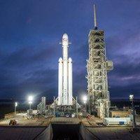 Tên lửa mạnh nhất thế giới lộ diện trên bệ phóng
