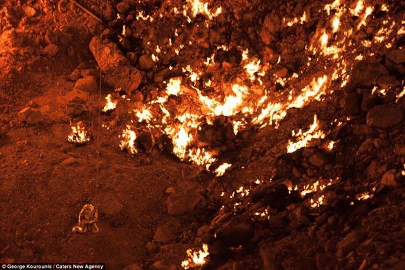 """Thám hiểm """"cổng địa ngục"""" cháy rừng rực ở Turkmenistan"""