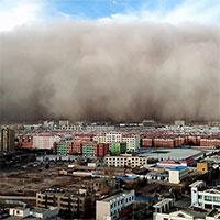 """Thành phố Trung Quốc bị tường cát cao 100m """"nuốt chửng"""" sau 5 phút"""