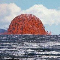 Tháp dung nham cao 20 mét đỏ rực giữa biển khơi