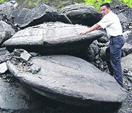 Thợ mỏ Trung Quốc đào được đĩa bay