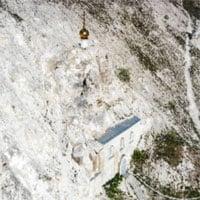 Toà nhà cổ độc đáo ẩn mình trong một ngọn núi