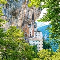 Toà nhà độc đáo lơ lửng giữa vách núi cao 774 mét ở Italia