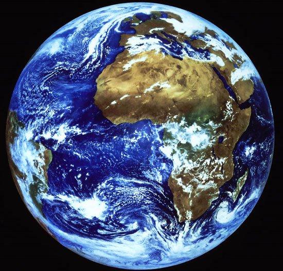 """Trái đất """"cõng"""" được bao nhiêu người?"""