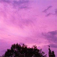 Trước siêu bão Hagibis đổ bộ, bầu trời Nhật Bản bất ngờ chuyển sang màu tím kì lạ
