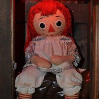 Tủ rượu Dibbuk ma quái và Annabelle - búp bê ma ám đáng sợ