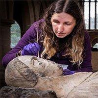 Tượng cổ hàng trăm năm tuổi được giấu sau đại phong cầm ở nhà thờ Anh