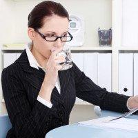Uống nước lạnh, ngồi điều hòa khiến dân văn phòng dễ mắc bệnh