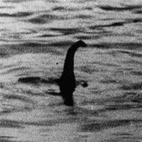 Vật thể nhô cao đầu giống quái vật hồ Loch Ness ở Albania