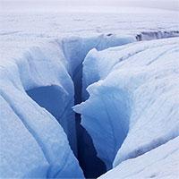 Vết nứt trên băng hút gần 5 tỷ lít nước hồ