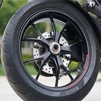 Vì sao 2 bánh trên xe máy có kích thước khác nhau?