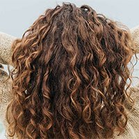 Vì sao một số người có tóc xoăn bẩm sinh?