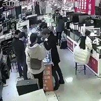 Vì sao pin điện thoại nổ sau khi bị thanh niên Trung Quốc cắn?