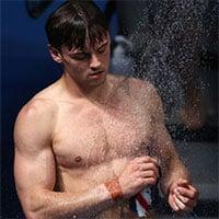 Vì sao vận động viên tắm và sử dụng khăn nhỏ sau khi rời bể bơi?