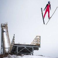 Vì sao vận động viên trượt tuyết có thể bay xa và cao đến thế mà vẫn không hề hấn gì?