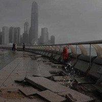 Vỉa hè vỡ nát, ôtô chìm nghỉm trong siêu bão Hato ở Trung Quốc