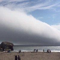 Video: Đám mây ập tới nuốt chửng bãi biển Mỹ