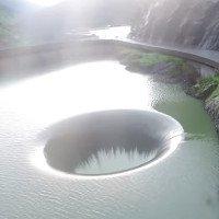 Video: Đập tràn khổng lồ hút nước giữa hồ chứa Mỹ