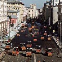 Video: Đội quân người và máy móc rầm rập sửa đường tại Nga
