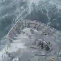 Video: Hãi hùng khoảnh khắc tàu chiến suýt bị sóng