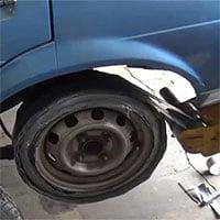 Video: Kinh ngạc cảnh thay lốp ô tô bằng băng dính, chuyện gì sẽ xảy ra?
