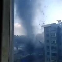 Video: Lốc xoáy càn quét dãy chung cư trong 1 phút, 50 căn hộ bị hư hại