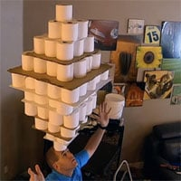 Video: Người đàn ông lập kỷ lục Guinness khi dùng đầu cân bằng 101 cuộn giấy vệ sinh