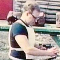 Video: Nhà phát minh tự bắn mình để quảng bá áo chống đạn
