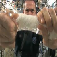 Video: Phi hành gia khổ sở vắt khăn ướt trên trạm không gian