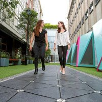 Video: Phố đi bộ biến bước chân thành điện thắp sáng đèn đường