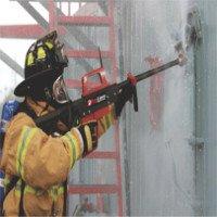 Video: Súng cứu hỏa phun nước xuyên tường bê tông, cửa sắt