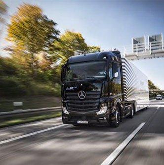 Xe tải tự lái chạy trên xa lộ Đức