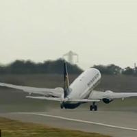 """Xem cảnh máy bay Boeing 757 """"trổ tài"""" hạ cánh ngang khi trời có giông bão cực điệu nghệ"""